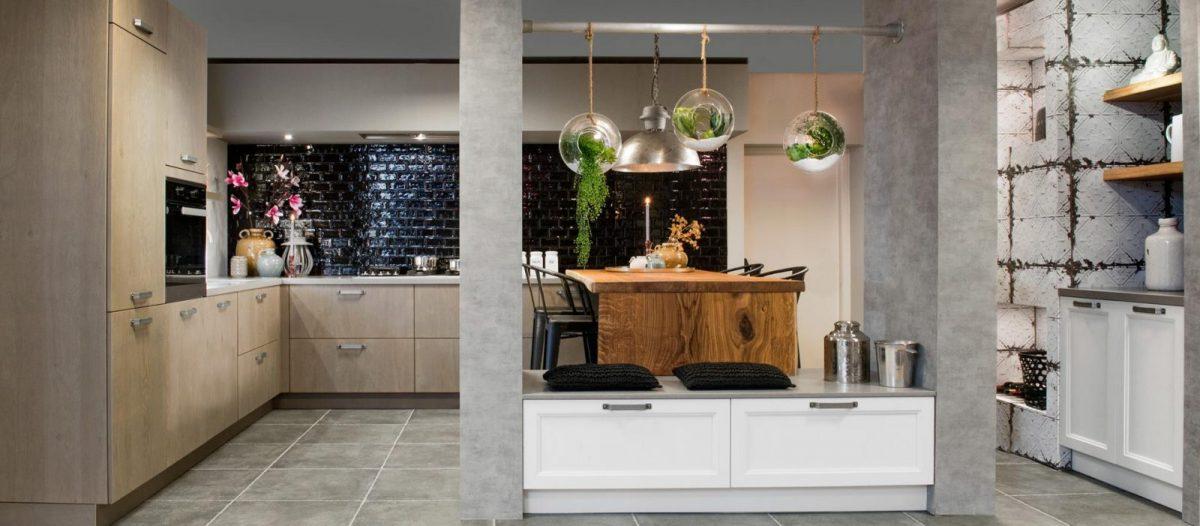 Ruime hoekkeuken met eethoek en zitje - Dutch Design