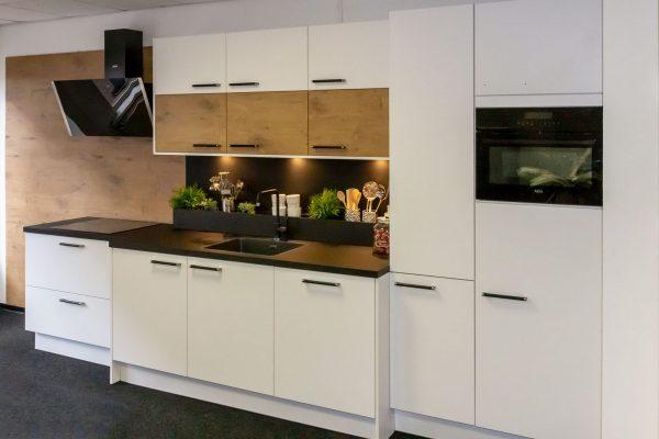 Witte keuken met veel kastruimte