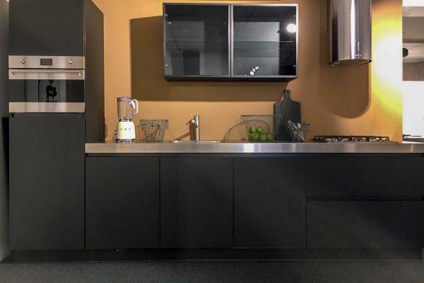 Donkere keuken met rvs accenten