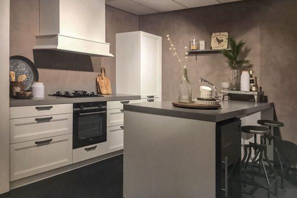 Klassieke lichte keuken met aparte bar